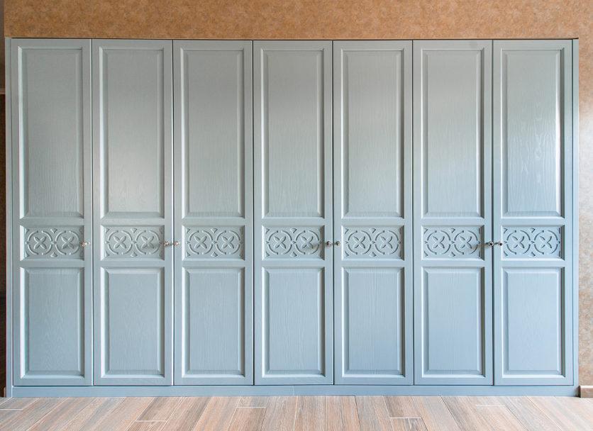 Благородный серо-голубой шкаф