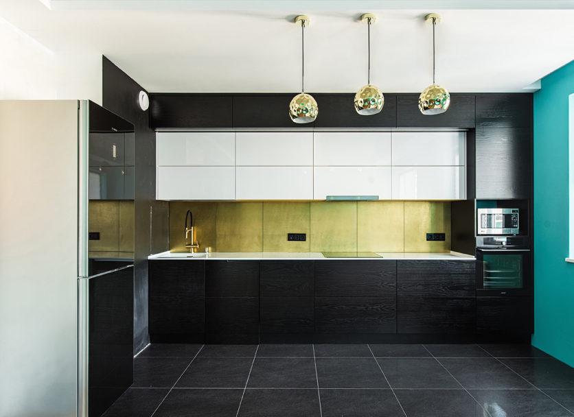 Лаконичная кухня с контрастными фасадами