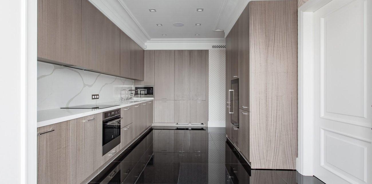 Лаконичный и просторный кухонный гарнитур из МДФ и шпона Fine-line