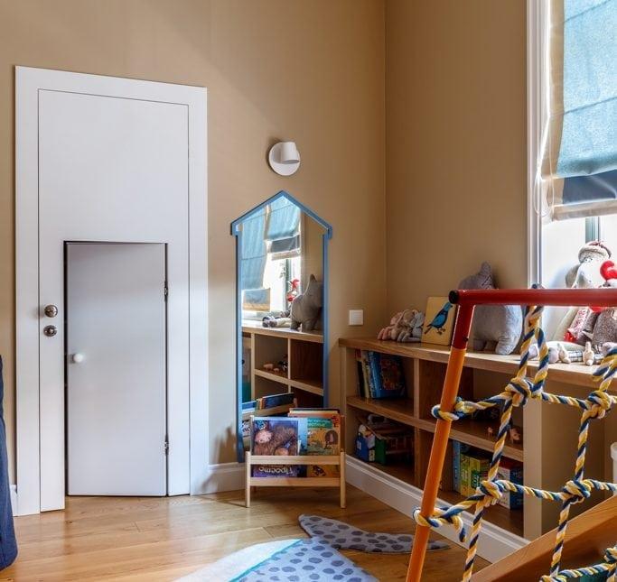 Двойная дверь в детскую гардеробную