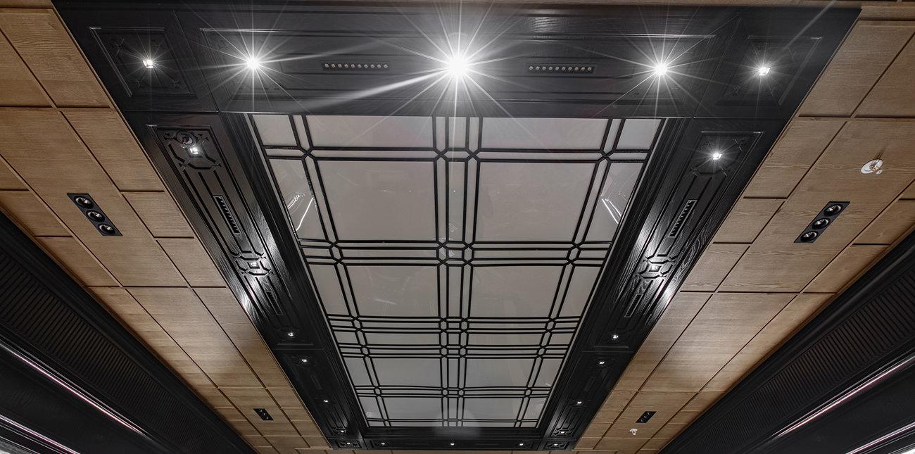 Потолок, декорированный геометрическим рисунком