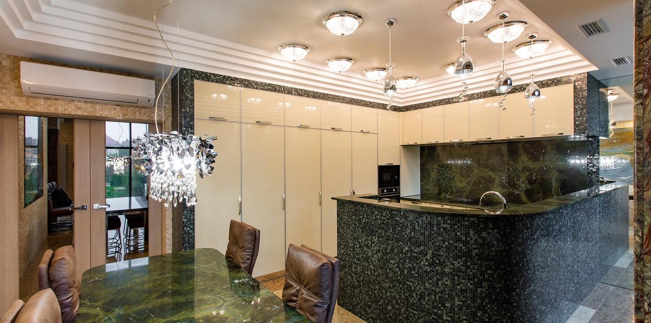 Просторная кухня, декорированная мозаичной плиткой