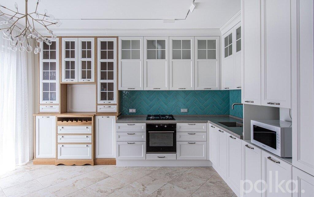 Светлая просторная кухня